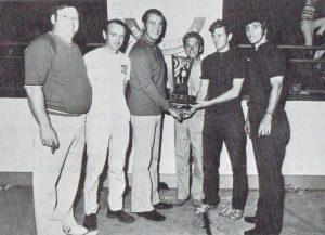 Gilles Joyal, champion 1971 félicité par Jacques Bricault, Fernand Dutremble, Gilles Pouliot, Alex Gaudreau et André Déragon.