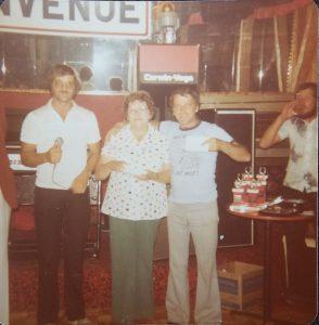 1980 environ au Lac St-Jean. Henriette est entourée de Martin Simard et Yvon Gendron.