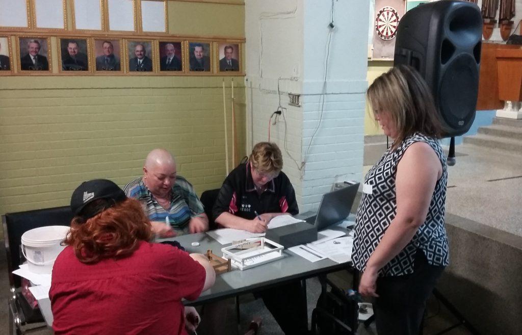 Lynda et Sylvianne (et leurs superviseurs) à la table des officiels.