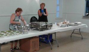 Aline Filion et Louise Leclair, bénévoles lors du repas.