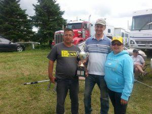 6 août - Chambord - gagnants C: Guy Ouellet & Ghislain Roberge, félicités par Guylaine Dion.