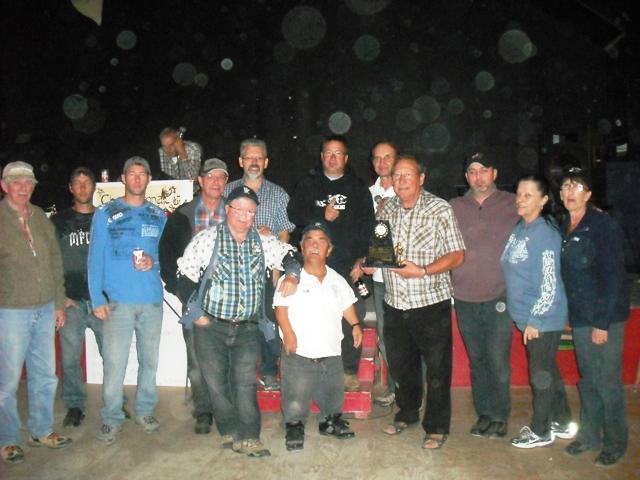 Hommage rendu à Yvon Côté par les membres de la Ligue de fers Dolbeau-Mistassini.