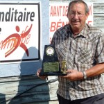Yvon Côté, avec le trophée lui rendant hommage.