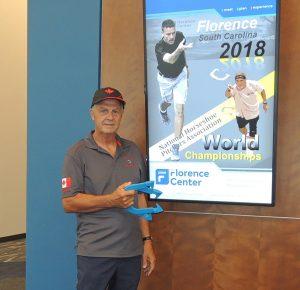 Pierre devant l'affiche du Florence Center.