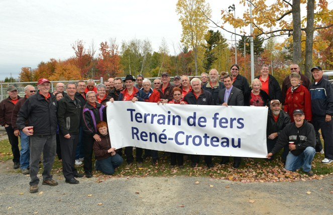 Groupe posant avec la bannière identifiant le Terrain de fers René-Croteau.