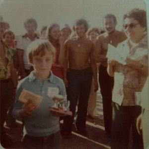 Championnat Junior 1979 - Martin Lépine félicité par Henriette Dutremble.