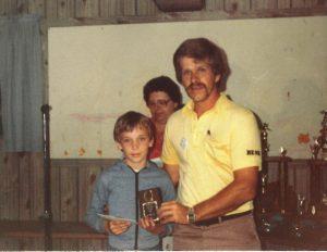 Junior 1981: Martin Lépine félicité par René Croteau et Henriette en arrière-plan.
