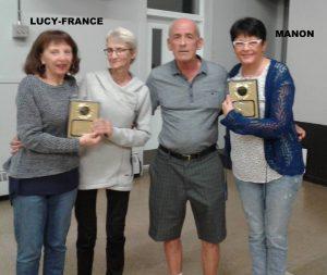Manon et Lucy-France Dutremble recevant les plaques pour Fernand et Henriette Dutremble.